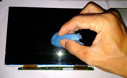 Membersihkan Bintik Jamur Bagian dalam LCD Laptop